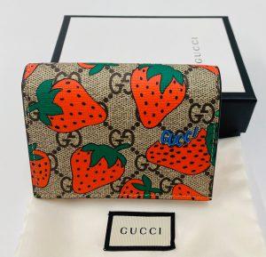 グッチ GGスプリーム ストロベリープリント 二つ折り財布 ミニウォレット べージュ 573839